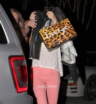 77d9db169557275 Selena Gomez Outside a Mexican Restaurant  1/12/12
