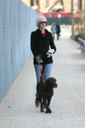Энн Хэтэуэй, фото 5930. Anne Hathaway 'Walking her dog in Brooklyn', february 5, foto 5930