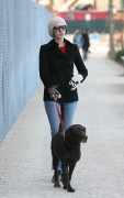 Энн Хэтэуэй, фото 5935. Anne Hathaway 'Walking her dog in Brooklyn', february 5, foto 5935