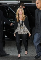 Sarah michelle gellar heads into a midtown office building for Abbey brooks salon