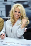Памела Андерсон, фото 4981. Pamela Anderson signs autographs at Lugner City in Vienna, Austria, March 5, foto 4981