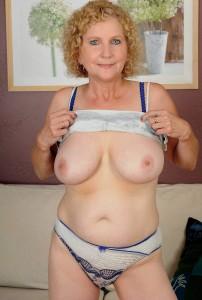 Смотреть груди старых женщин.